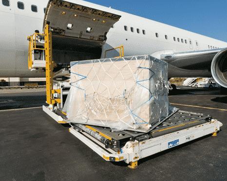 Une caisse d'oeuvres d'art est placée dans un avion cargo