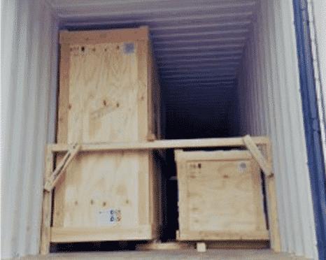 Des caisses sont dans un camion